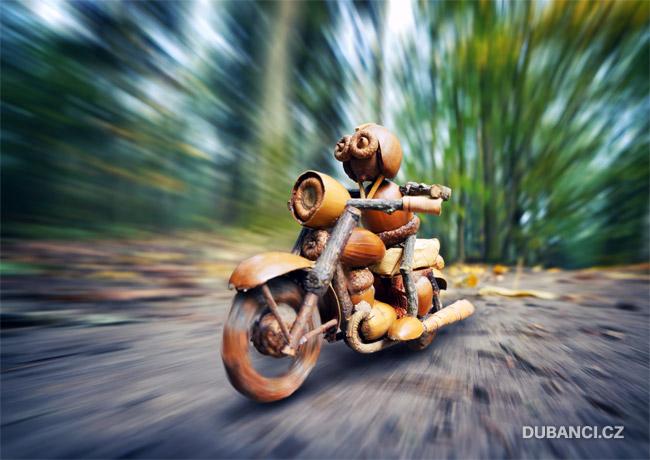 Dubánek na motorce