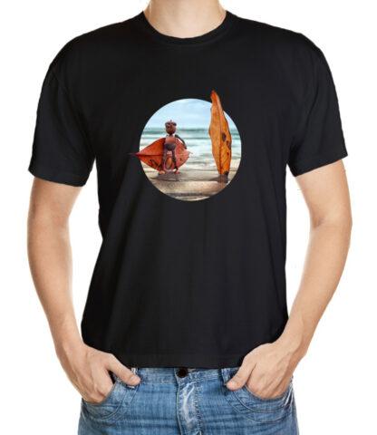 Dubánek se surfem na kraji moře