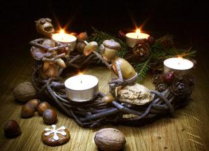 Vánoční pohled – adventní věnec s dubánky
