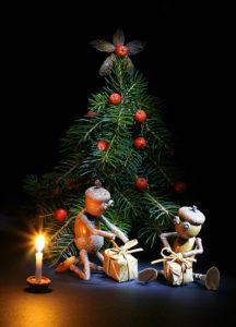 Dubánci pod vánočním stromečkem s dárky